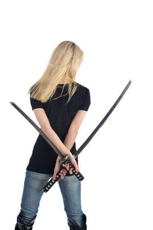 katana: Achteraanzicht van jonge vrouw met een twee zwaarden, geïsoleerd op de witte achtergrond