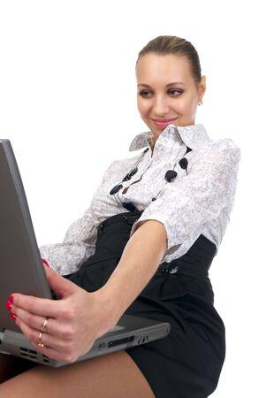 bewonderen: Jonge zaken vrouw bewonder om iets op het scherm van de laptop