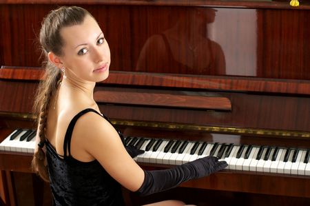 pianista: Hermosa joven pianista femenina tocando algunos melod�a