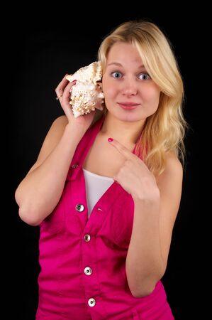 astonishment: Chica de asombro at�nitos con gran concha sobre fondo negro  Foto de archivo