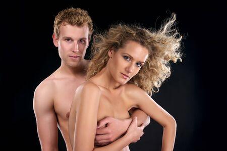 pareja desnuda: Hermosa pareja desnudo con pelo rizado sobre fondo negro