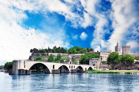 Avignon-Brücke und Papstpalast Standard-Bild - 52228047