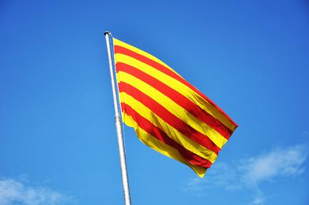 Bandera de Cataluña contra el cielo azul Foto de archivo