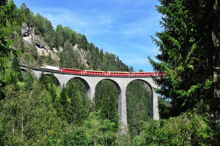 FILISUR, SUISSE, 26 AOUT 2015: Glacier Express sur le viaduc de Landwasser, Suisse