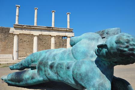 Pompeya, Italia, 4 de julio 2016: Exposición 'Mitoraj en Pompeya' escultura Editorial