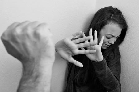 abusado de la mujer tratando de escapar de la violencia doméstica