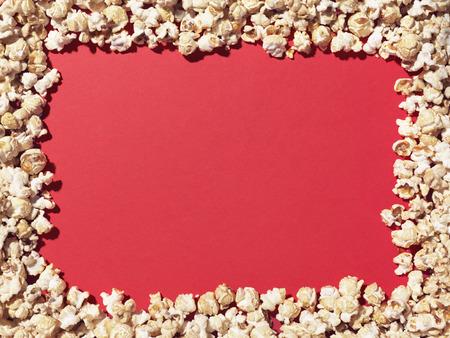 ポップコーンのショットは、コピーを追加するデザイナーに最適なプレーン、赤いエリアに枠を与えるに配置します。