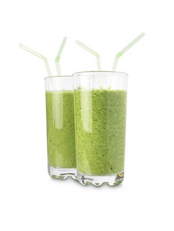 jugo de frutas: tiro de dos vasos con verde, batidos de frutas aisladas sobre un fondo blanco