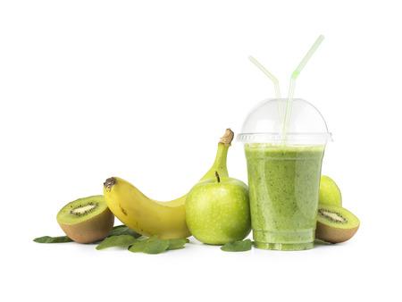 banana: shot của một smoothie màu xanh lá cây cắt ra và bị cô lập trên một nền trắng