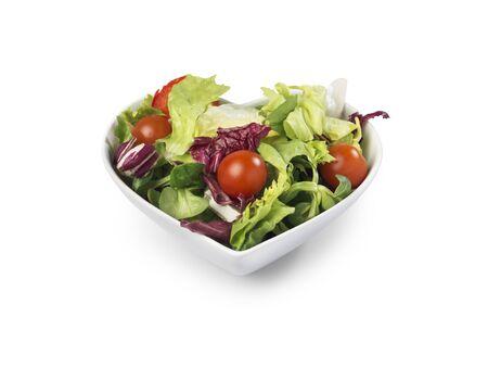 心の中で新鮮なサラダのショットの形ボウル デザイナーのクリッピング パスとコピー領域を白で隔離健康的な生活を暗示します。 写真素材