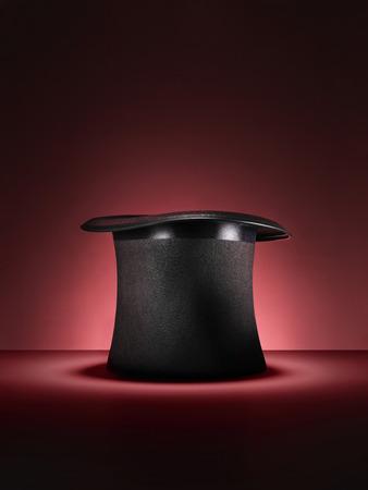 伝統的な魔術師スタイル シルクハット トリックや赤い背景の錯覚のためのセットアップのショット