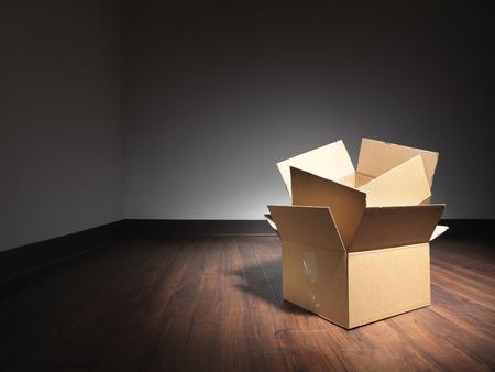 Shot von leeren Kisten auf dem Boden von einem leeren Raum in einem Haus zu bewegen. Die Boxen sind mit einem Spot beleuchtet worden, so der Rest der rooom dunkel und anschließend die Designer kann Lichtart über dunklere Bereiche bei Bedarf verwenden. Der Halo ist natürlich und nicht durch erreicht worden