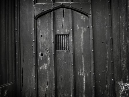 暗くて不気味な背景として使用するために理想的な非常に古い、ゴシック、木製ドアの撮影。多くの欠陥は、汚い、古い、本格的な感じに加えるに 写真素材