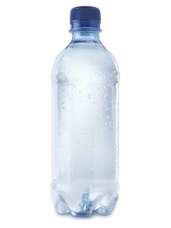 tiró de la botella de agua mineral aislado en un fondo blanco con un trazado de recorte, cubierto de condensación burbujas para mostrar frialdad.