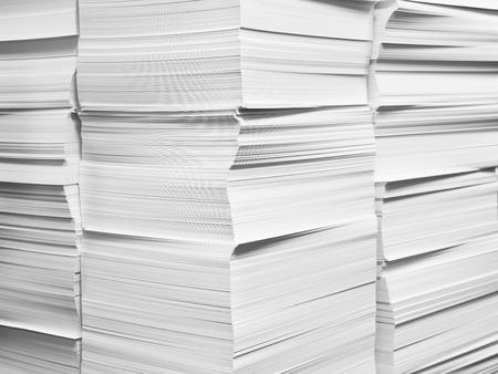 Des piles de livres blancs fraîchement coupées
