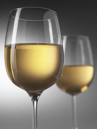灰色の背景に 2 白ワイングラス 写真素材