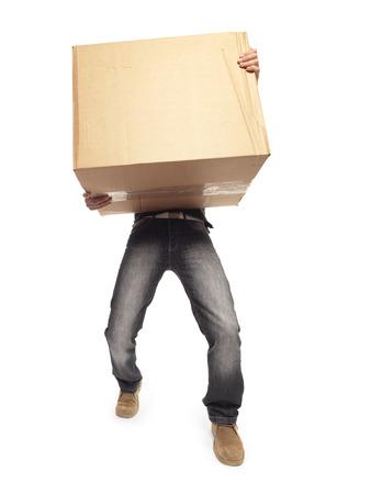 重い箱を運ぶ男します。