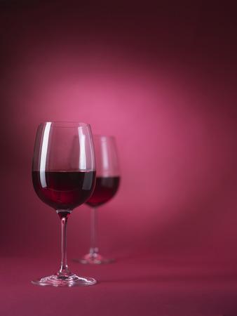 赤の背景に 2 赤ワイングラス 写真素材