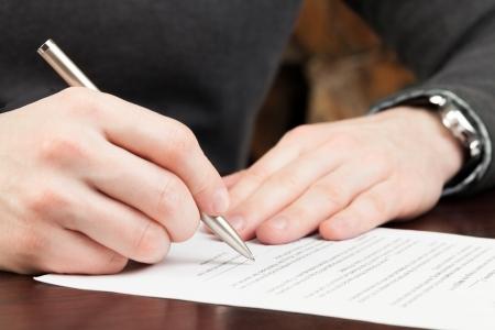 firmando: El hombre de negocios la firma de documentos