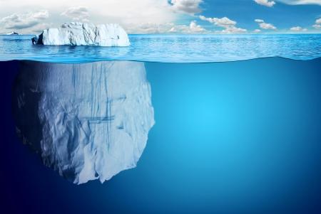Vista subacuática de iceberg con hermoso mar polar en el fondo - ilustración. Foto de archivo