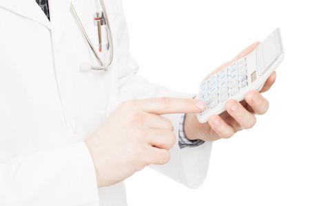 彼の左手にコストと医師の練習および病院の手数料収入を計算する計算機能を持つ医師 写真素材