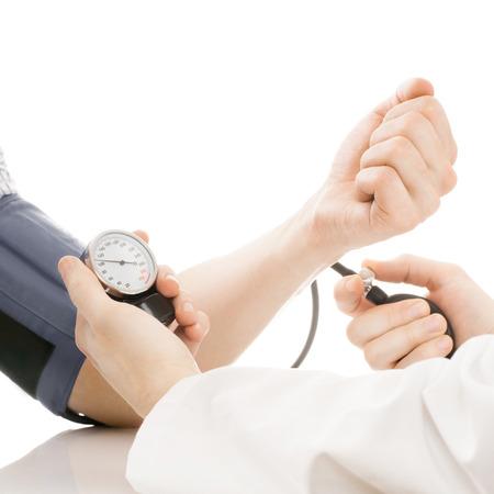 血圧測定します。医師測定患者血圧 - スタジオ撮影上で分離されてホワイト - 1 を 1 の比率