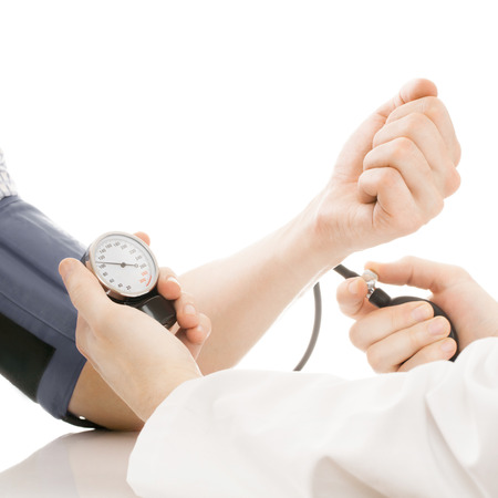Bloeddruk meten. Arts die de patiënten de bloeddruk - studio schieten op wit wordt geïsoleerd - 1-1 verhouding