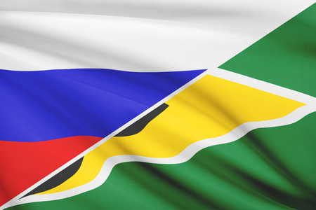 cooperativa: Banderas de Rusia y de la Rep�blica Cooperativa de Guyana en el viento. Parte de una serie.