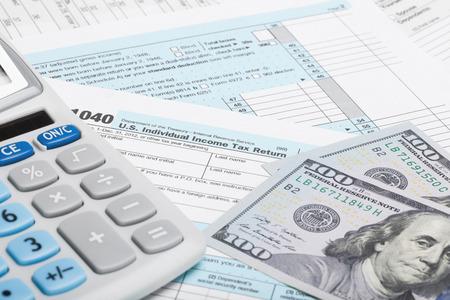 Belasting formulier 1040 met rekenmachine en Amerikaanse dollars Stockfoto