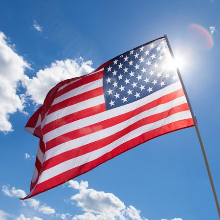 米国旗の背景に太陽と青い空