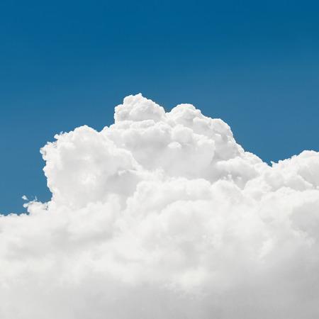 Cumulus wolken en blauwe hemel - buiten schieten