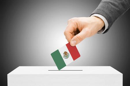 Stemconcept - Mannetje die vlag opnemen in stembus - Mexico Stockfoto - 33593512