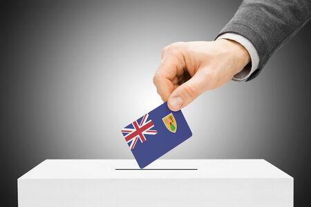 turks: Concepto de votaci�n - Hombre insertar bandera en urnas - Islas Turcas y Caicos