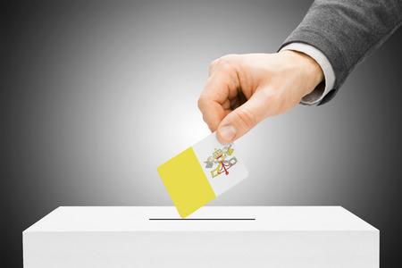 ciudad del vaticano: Concepto de votaci�n - Hombre insertar bandera en urnas - Ciudad del Vaticano