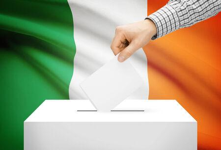 encuestando: Votación concepto - Urna con la bandera nacional en el fondo - Irlanda