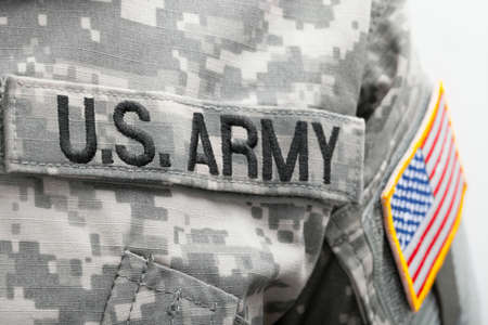 soldado: Bandera de EE.UU. y el parche del Ejército de Estados Unidos en el uniforme de la soldadura