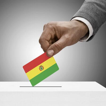 bandera de bolivia: Macho negro que sostiene la bandera de Bolivia. Concepto de votaci�n Foto de archivo