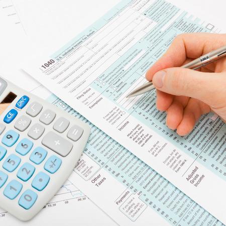 Filling out 1040 US Tax Form Foto de archivo