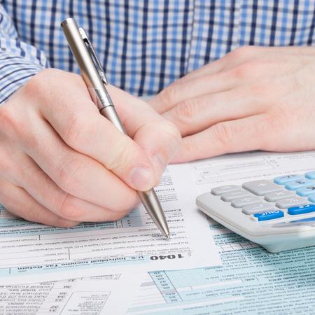 podatnika: Podatnik wypełniając formularz podatkowy 1040 Zdjęcie Seryjne