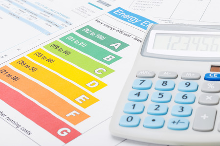 cuenta: Tabla de la eficiencia energética y la calculadora aseado Foto de archivo