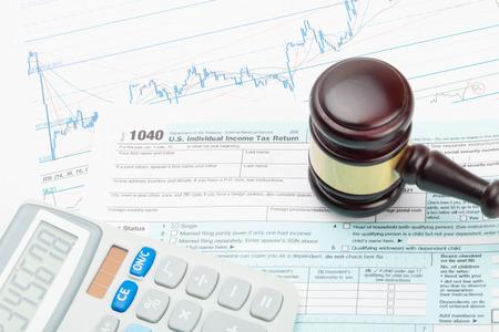 documentos legales: Martillo y calculadora del juez sobre 1040 Formulario de impuestos de EE.UU.