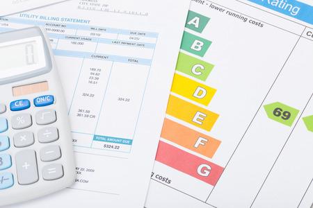 calculadora: Tabla de la eficiencia energ�tica, factura de servicios p�blicos y la calculadora Foto de archivo