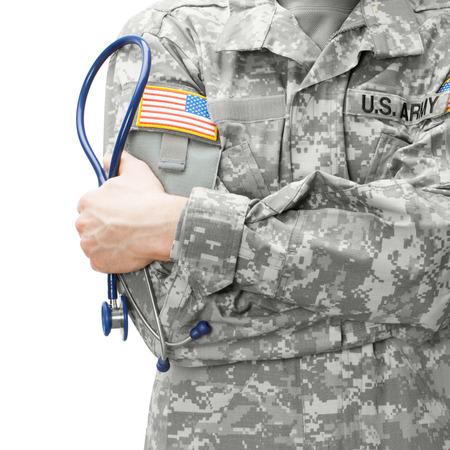 enfermera: Ej�rcito de EE.UU. m�dico sosteniendo el estetoscopio cerca de su hombro - foto de estudio