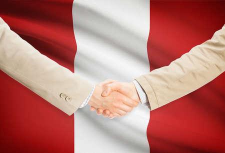 bandera peru: Empresarios agitando las manos con bandera de Per� en el fondo