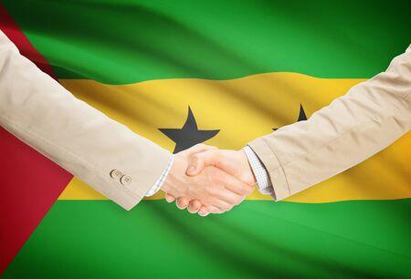 principe: Los hombres de negocios dándose la mano con Santo Tomé y Príncipe bandera en el fondo
