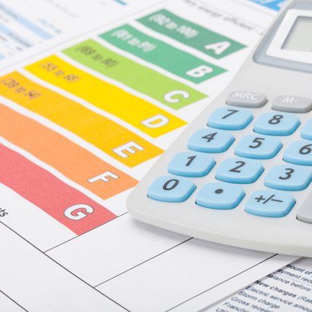 eficiencia energetica: Gráfico de la eficiencia energética y calculadora - close up disparo de estudio Foto de archivo