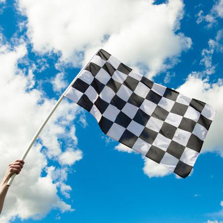 cuadros blanco y negro: Bandera a cuadros ondeando en el viento - de cerca a tiros