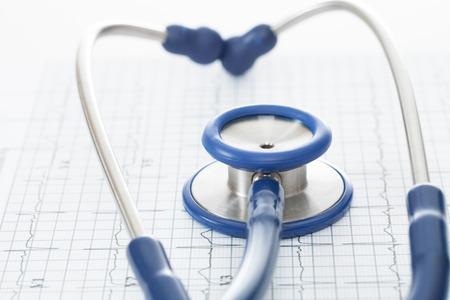 Stethoscope and ekg cardiogram chart Standard-Bild