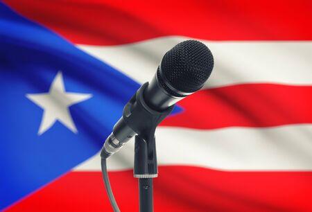 bandera de puerto rico: Micrófono con la bandera nacional en la serie de fondo - Puerto Rico Foto de archivo