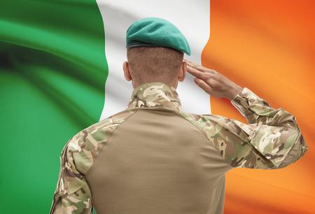 Soldato scuro in cappello con bandiera nazionale serie - Irlanda